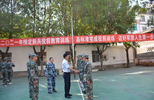 张华昆到县人武部检查指导新兵役前训练