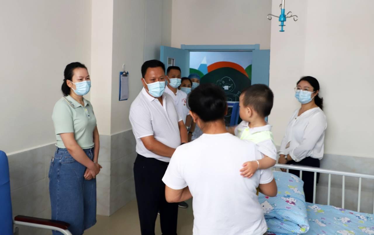 陈富华调研县直医疗机构发展及工作开展情况